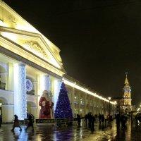 Скульптура Деда Мороза и новогодняя елка у универмага Гостиный двор на Невском проспекте :: Елена Павлова (Смолова)
