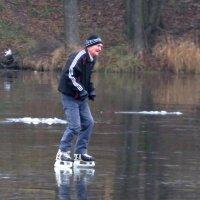 На коньках по озеру :: Андрей Снегерёв