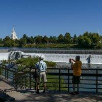 Мы любуемся водопадами на р.Снейк в г. Айдахо Фолз :: Юрий Поляков