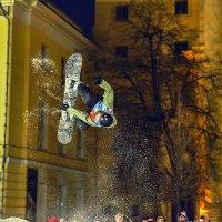 Снежная акробатика на Моховой... :: Anatoley Lunov
