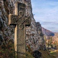 .Крест у замка Бран с символами-оберегами от османской экспансии. :: Гала