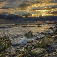 Жизнь – это как волны в море. Одна несёт вверх, другая вниз... :: Александр Бойко