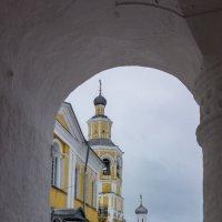 Монастырские ворота :: Нина Кутина