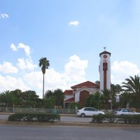 Церковь, она и в Африке церковь :: Зуев Геннадий
