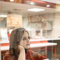 Девушка в ТЦ #4 :: Дмитрий Коваленко