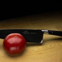 Кухонный нож и помидор :: Дмитрий Бубер