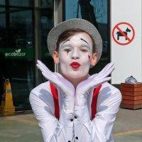 8 марта - женщин встречают клоуны... :: Светлана