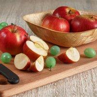 Натюрморт из яблок :: Константин Чернышев