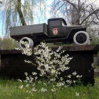 Шахты. Памятник автомобилю ГАЗ - ММ. :: Пётр Чернега