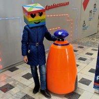 Оранжевый робот встречает и провожает. :: Татьяна Помогалова