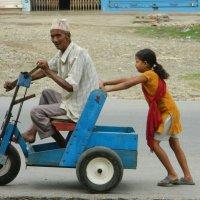 Такой транспорт можно встретить на улицах Непала. :: Александр Баринов