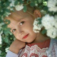 Девочка в белых цветах :: Виктория Гревцева