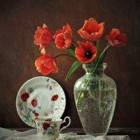 С тюльпанами... :: Людмила