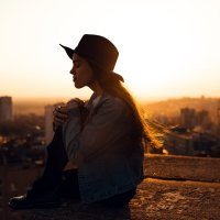 Девушка в шляпе и джинсовке сидит на крыше дома во время заката :: Lenar Abdrakhmanov