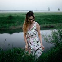 Девушка в красивом белом платье с цветами стоит на берегу реки на рассвете во время тумана :: Lenar Abdrakhmanov