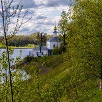 Церквушка на берегу реки :: AVI
