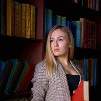 Девушка в студии. Девушка с книгой. :: Zefir58 Verx