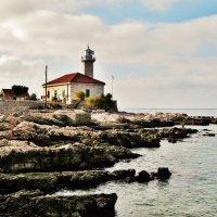Небольшой маяк на скалистом берегу :: Aida10