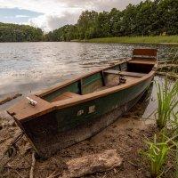 Пейзаж с ожидающей лодкой :: Николай Гирш