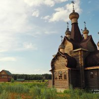 Деревенская церковь и барский дом :: Сергей Воинков