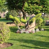 Дорожка меж каменных скульптур в парке Лога :: Людмила Монахова