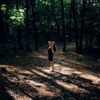Девушка в черном платье гуляет по солнечному осеннему лесу :: Lenar Abdrakhmanov