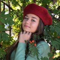 девушка у рябины :: Светлана Бурлина