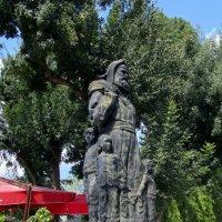 Памятник.Николай Чудотворец в образе Санта Клауса.Демре :: Galina Solovova