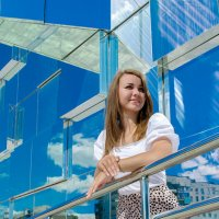 Красивая девушка стоит у стеклянного здания :: Максим Мокрецов