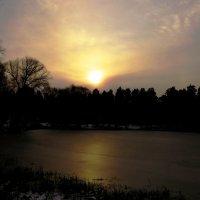 Закат над озером :: Андрей Снегерёв
