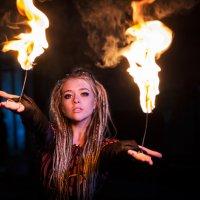 девушка с факелами :: Яна Пикулик