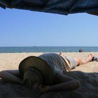 На морском песочке (сиеста художника) :: Всеволод
