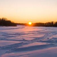 Морозный закат над рекой Ухта, -35 °C. Русло реки превратилось в трассу для снегоходов) :: Николай Зиновьев