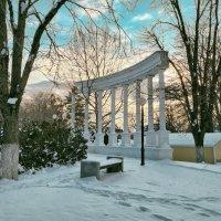 Колоннада в парке :: Валерий Ткаченко