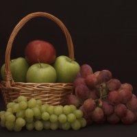 Виноград и яблоки. :: Андрей