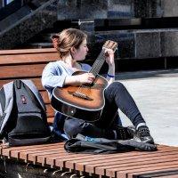Девушка с гитарой... :: Анатолий Колосов