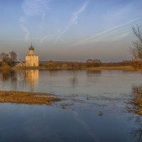 Разлив у храма Покрова :: Сергей Цветков