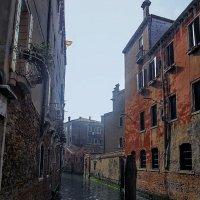 Очень странная улица... но море зелёное, венецианское... :: ВЛАДИМИР К.