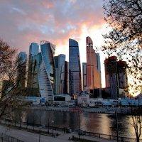 Москва сити и вечерняя заря :: Александр Чеботарь
