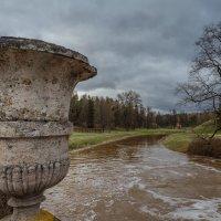 Каменная ваза на Висконтиевом мосту. :: Олег Бабурин