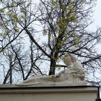 Даже статуя рада весне! :: Люба