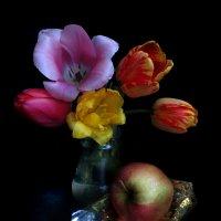 Тюльпаны и яблоко. :: Nata