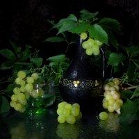 Натюрморт с кувшином и виноградом :: Нэля Лысенко