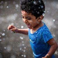 Фонтан, ребенок и улыбка. :: Евгений Мокин
