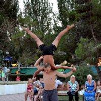 Уличные акробаты в Феодосии :: Борис Русаков