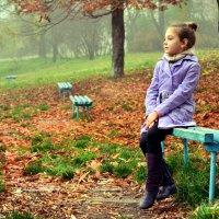 Маленькая мечтательница в осеннем парке :: Алена Шевчук