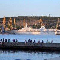 Круизный лайнер в порту Феодосии :: Борис Русаков