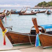 Традиционные лодки-такси на пляже :: Юлия Ростовцева