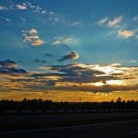 Закат на трассе :: юрий Амосов