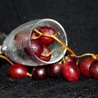 Бокал с виноградом :: Elena N